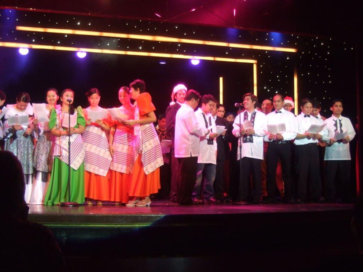 クリスマスイブ 劇場でワーカー達が讃美歌を合唱してくれた | 客船アムステルダムのクルー、アクティビティ、船内施設