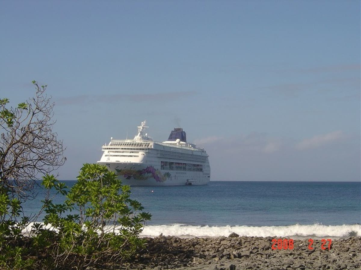 ファンニング島の沖合に停泊中のプライド・オブ・アロハ。 | 客船プライド・オブ・アロハの外観