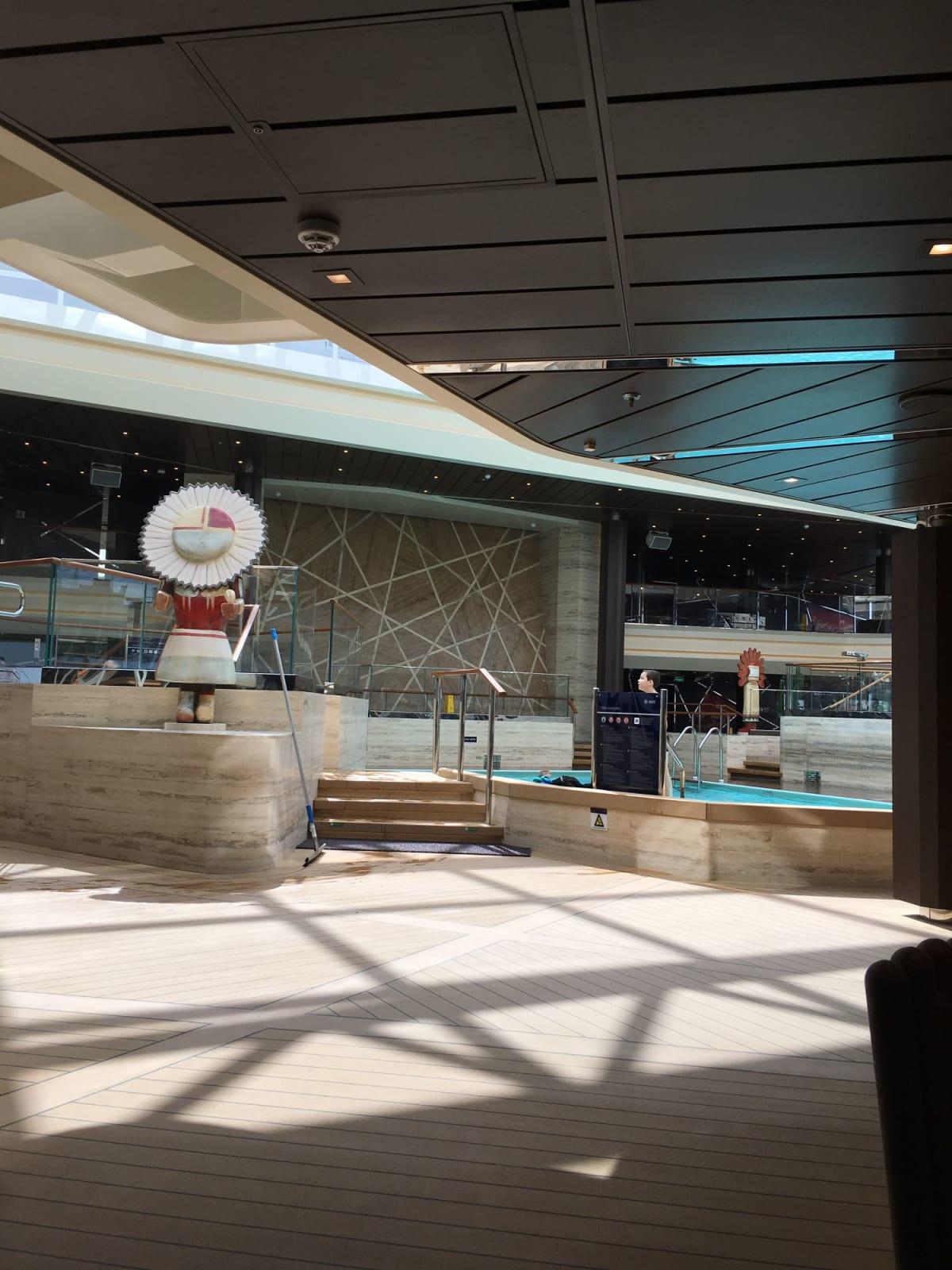 屋内プールです。   客船MSCベリッシマの船内施設