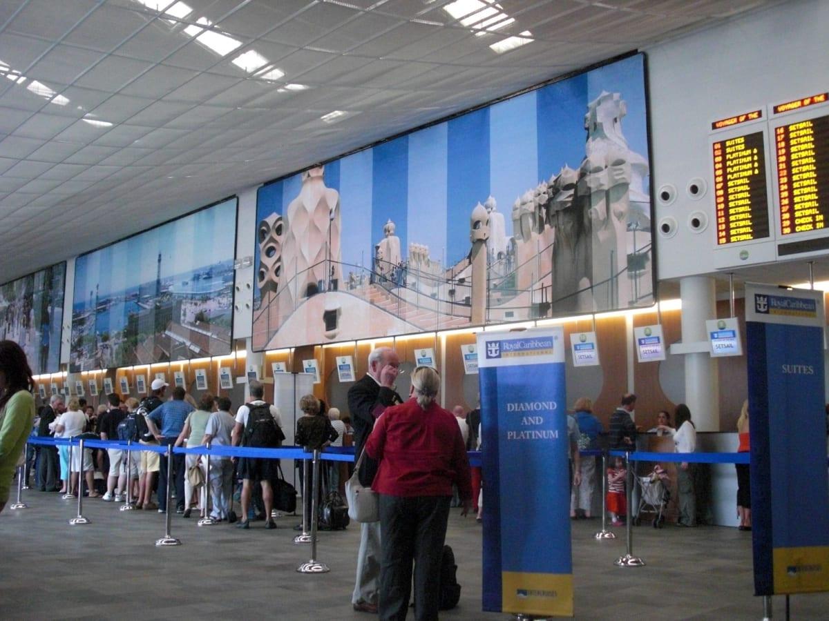 クルーズターミナル内のチェックインカウンターは空港のよう | バルセロナでのロイヤル・カリビアン