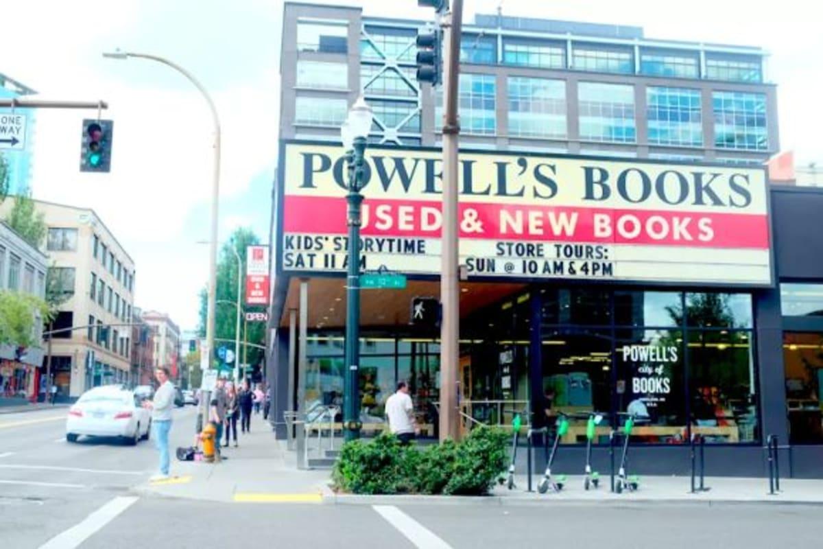 ポートランドといえばPOWELLS BOOKS(パウエルズ・ブックス)です!限定トートバッグなどのお土産が人気です。
