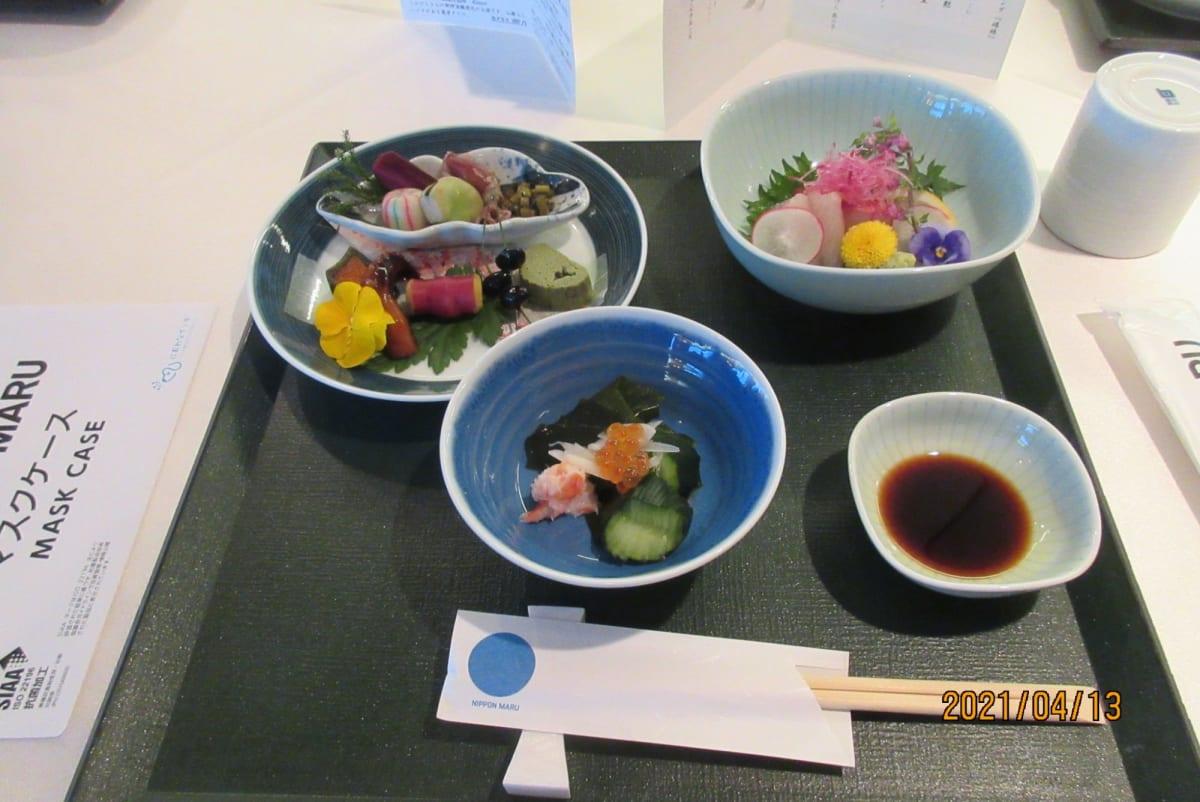 会席料理の先付、前菜、お刺身です。