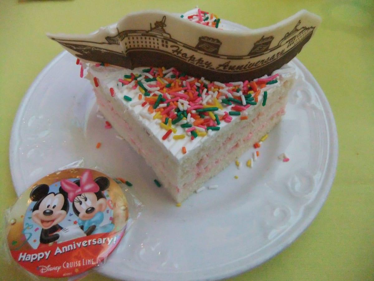 夕食時にアニバーサリーケーキでお祝いしてくれました♪   客船ディズニー・ワンダーのダイニング、フード&ドリンク
