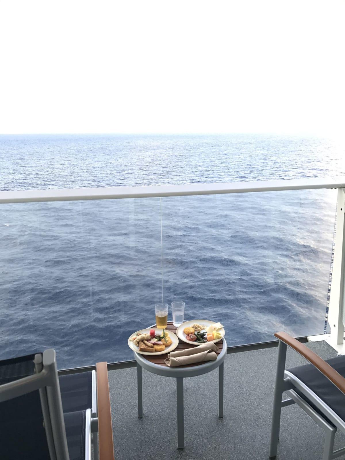 2日目の朝ごはん この日は終日航海だったので ゆっくりとお部屋のバルコニーで! ルームサービスも頼めるし、ビュッフェレストランから 部屋に持って帰って食べることもできます。   客船ハーモニー・オブ・ザ・シーズの外観、フード&ドリンク