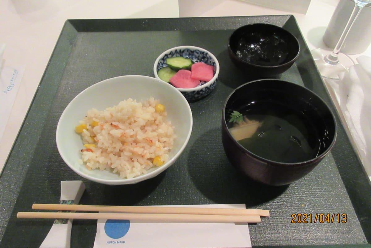 上品に盛られた炊き込みご飯と若竹のお吸い物です。 ご飯のおかわりが可能とはメニューに書いてありません、頼めば持ってきたかな?