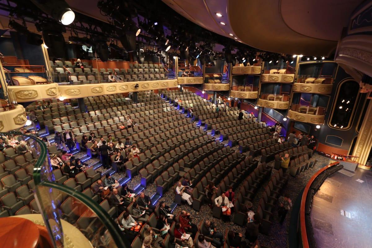 両サイドにボックス・バルコニー付きの劇場です。   客船クイーン・エリザベスのアクティビティ、船内施設