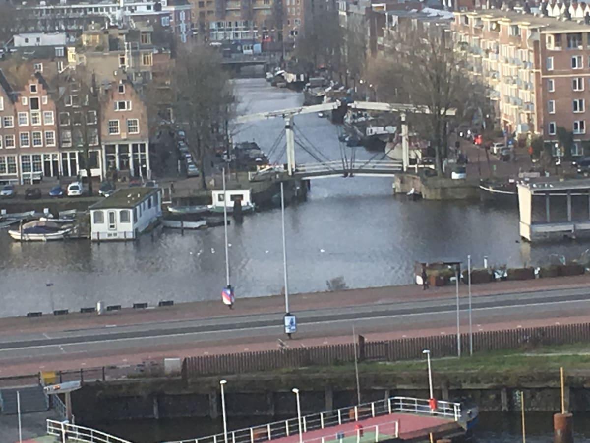元日のアムステルダムを見ながらゆっくりと進んで行きました。   アムステルダム