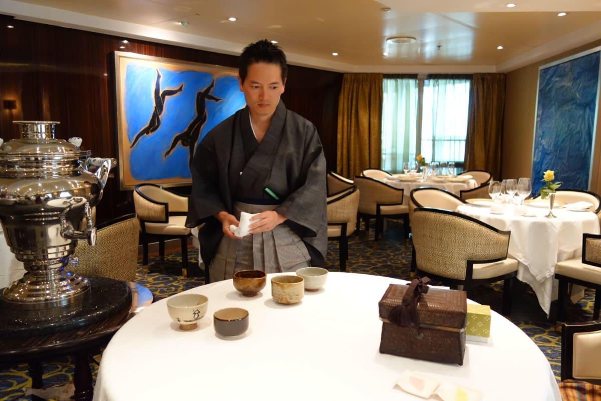 船で皆様に一服お茶を差し上げました。疲れた体に沁みわたります。