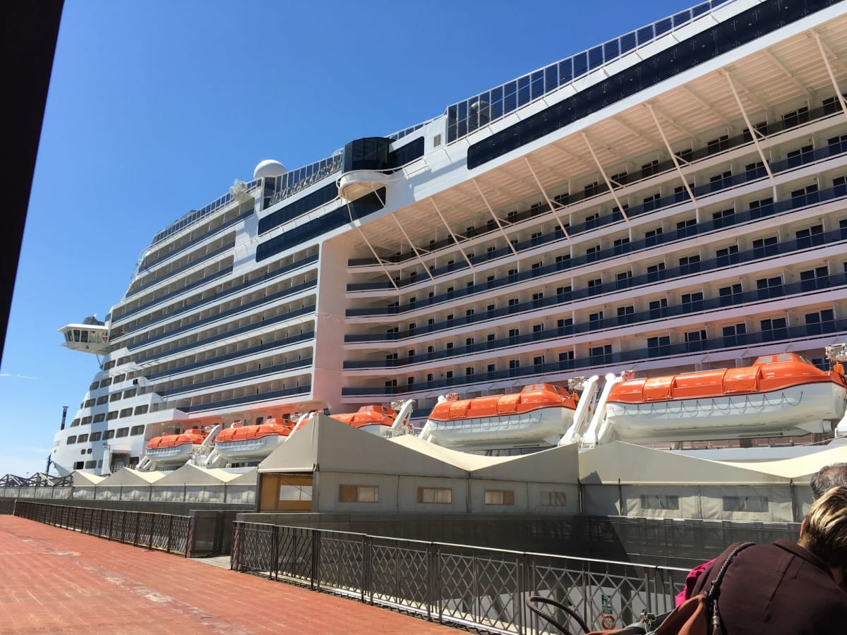 ジェノバ港で乗船時のベリッシマ号   ジェノヴァでの客船MSCベリッシマ