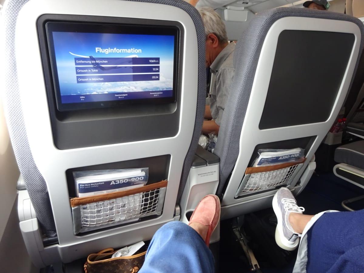 このモニターは、離着陸用の情報用。映画等のモニターは肘掛けの下から出すスタイルです。机もひじ掛けの中にあるスタイルです。 エコノミーを選択する場合は、毎回追加費用でこのタイプの席を確保しています。