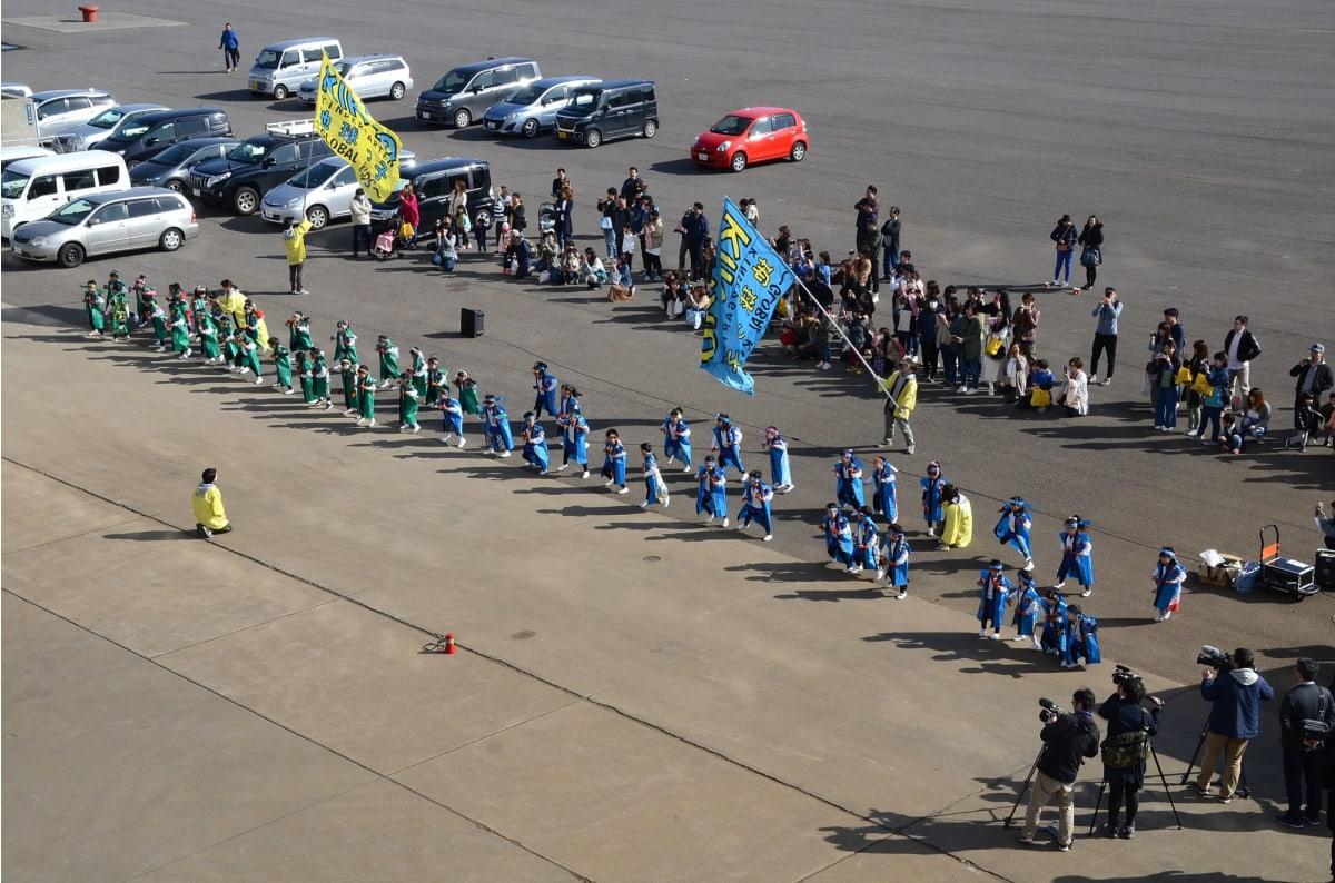 函館港、子供たちがよさこいソーランと名物イカ踊りで歓迎のお出迎え | 函館