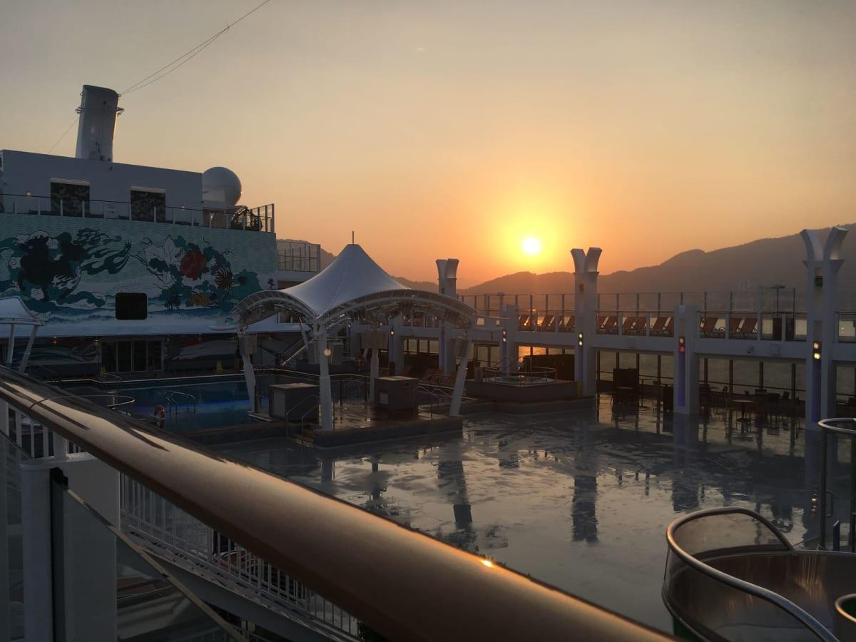 デッキから朝日が昇るのを見届けて再びテンダーボートに乗ってプーケット島に行きました。 | 客船ゲンティン・ドリームの船内施設