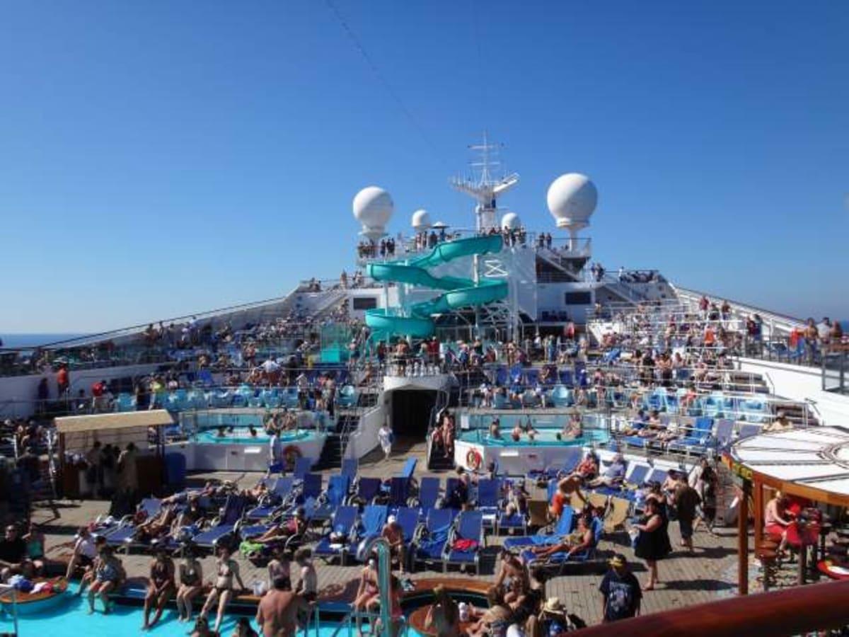 初日は航海日でした。プールサイドは人でいっぱい。 | 客船カーニバル・コンクエストの乗客、船内施設