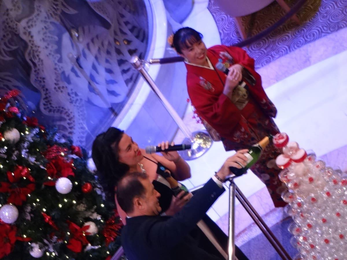 日本人が少ないクルーズでしたので、ディレクターのミキコさんも和服姿です♪ | 客船ダイヤモンド・プリンセスのクルー、アクティビティ