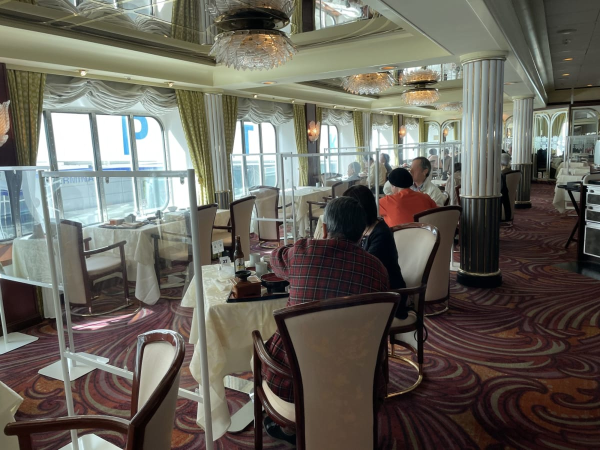 ダイニングの席は朝昼食時は自由席ですが、キャビンナンバーが控えられます。 アクリル板が設置されており、同室の人以外の相席は出来ません。