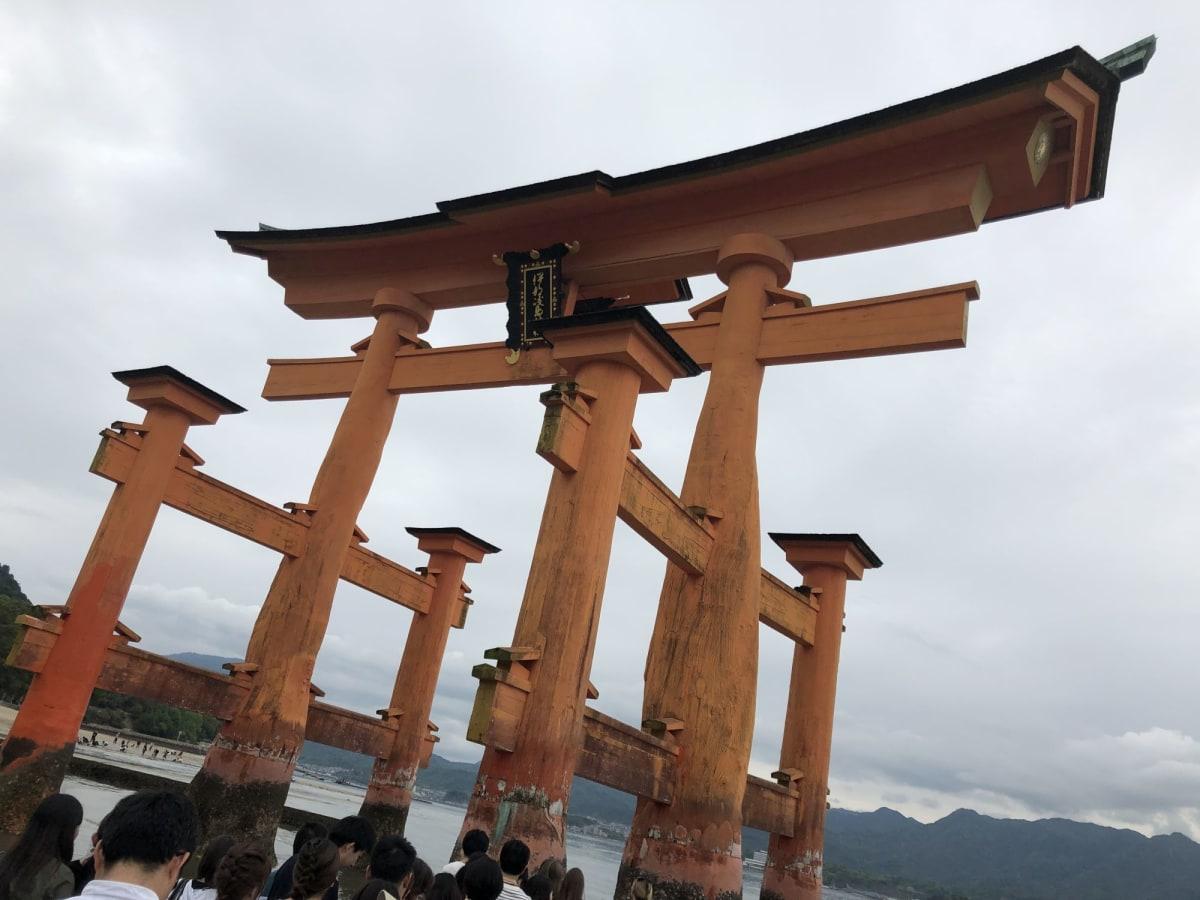 宮島では干潮となる13:30頃に、鳥居まで歩いて行けました | 広島