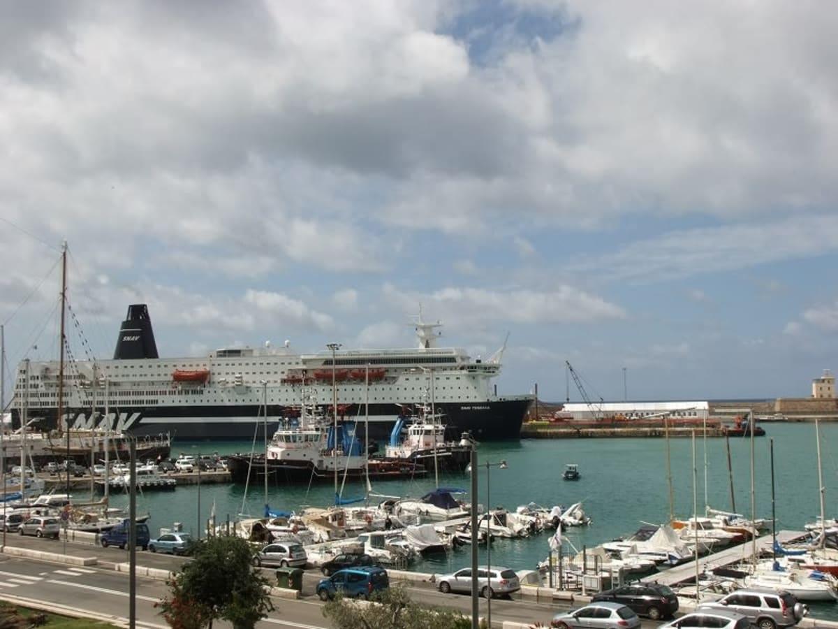 チビタベッキア港は広いです