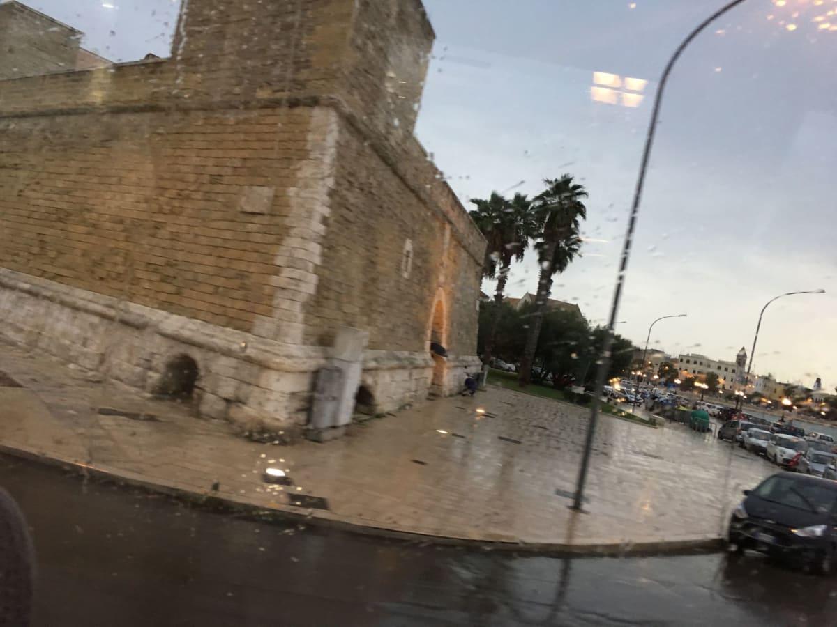 バーリ市街。バスの窓から。バーリの街について、色々と説明してくれていました。帰りは雨でした。 | バーリ