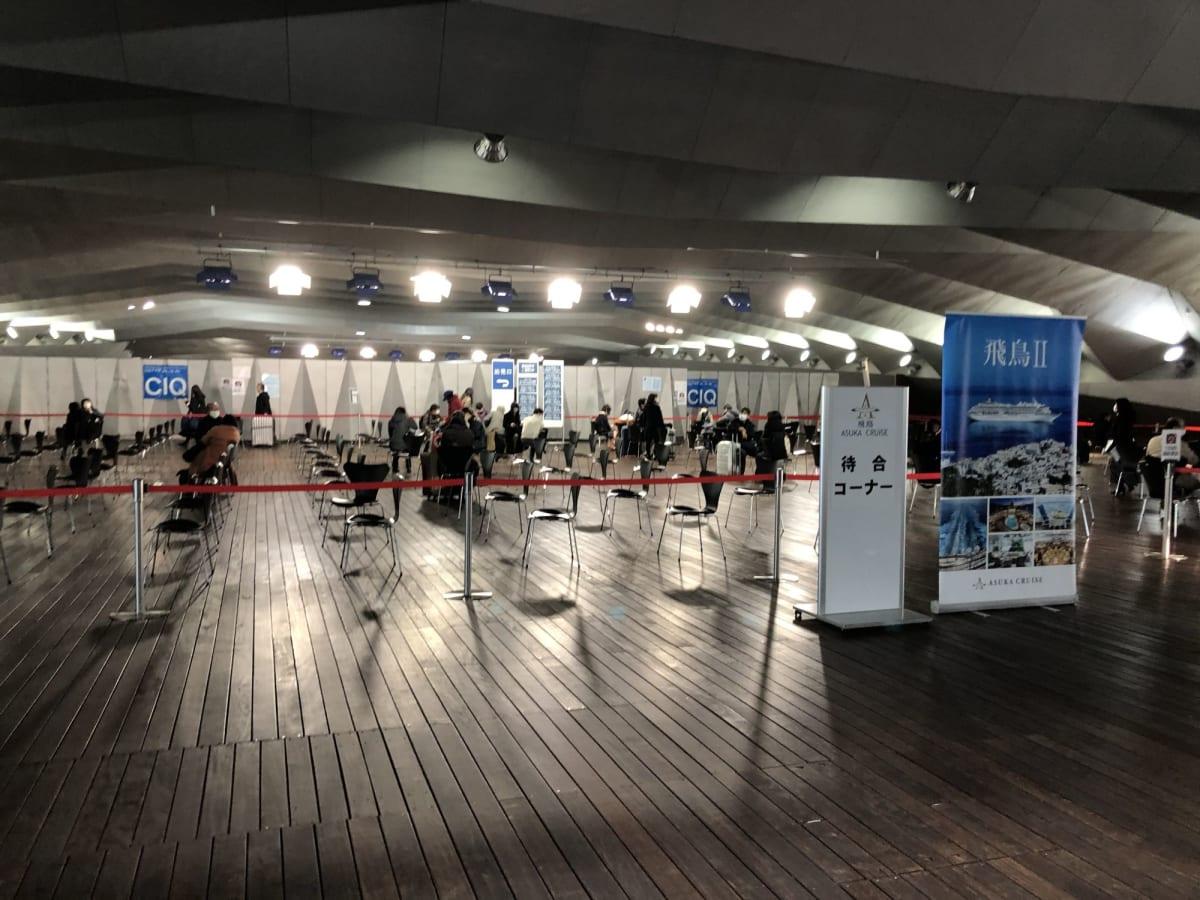 大桟橋の待合コーナーも十分に距離が取られていました。   横浜