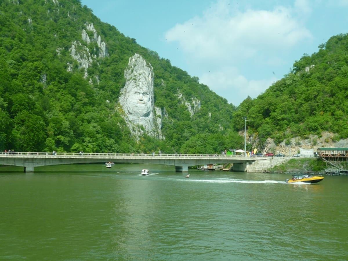 鉄門と呼ばれる川が狭くなった部分のダムの先にあるダキア王が彫られた像。