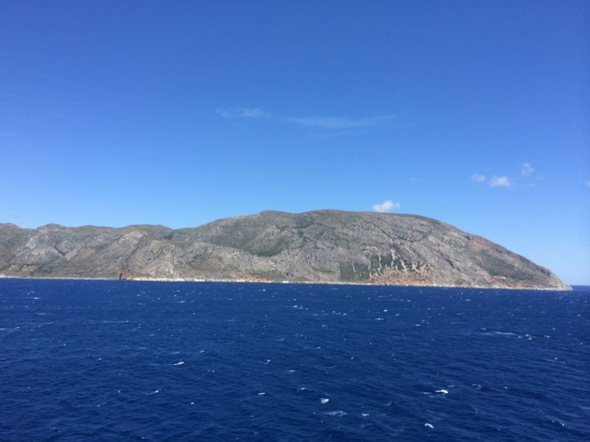 船から見たギリシャの岩肌 | カタコロン(オリンピア)