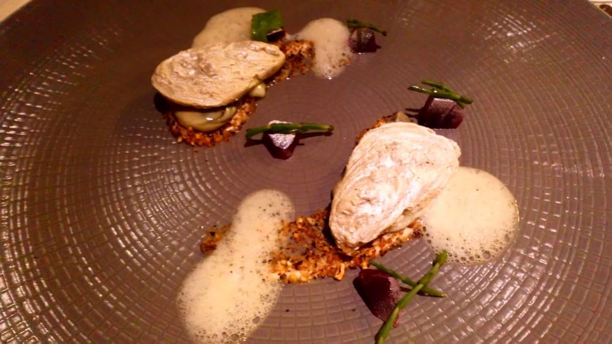 De Librije監修メニューの一つ、オイスター·オン·ザ·ビーチ。牡蠣の殻はフォアグラで作られている。 | 客船コーニングスダムのダイニング、フード&ドリンク