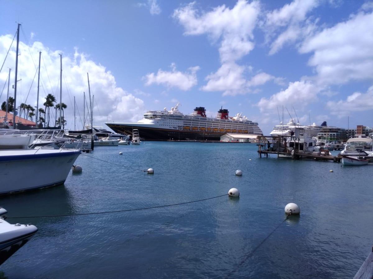 オラニエスタッドの港からワンダー号 | オラニエスタッド(オランダ自治領アルバ島)での客船ディズニー・ワンダー