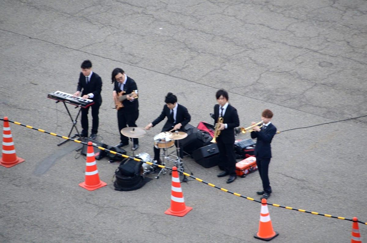 横浜港出航、見送りのバンド演奏 | 横浜