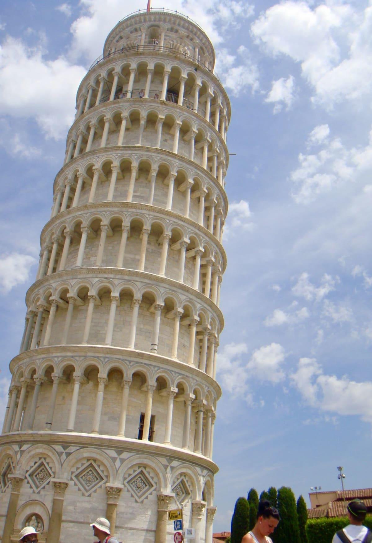 実際に見ると、美しさに圧倒されるピサの斜塔。 | リヴォルノ(フィレンツェ / ピサ)