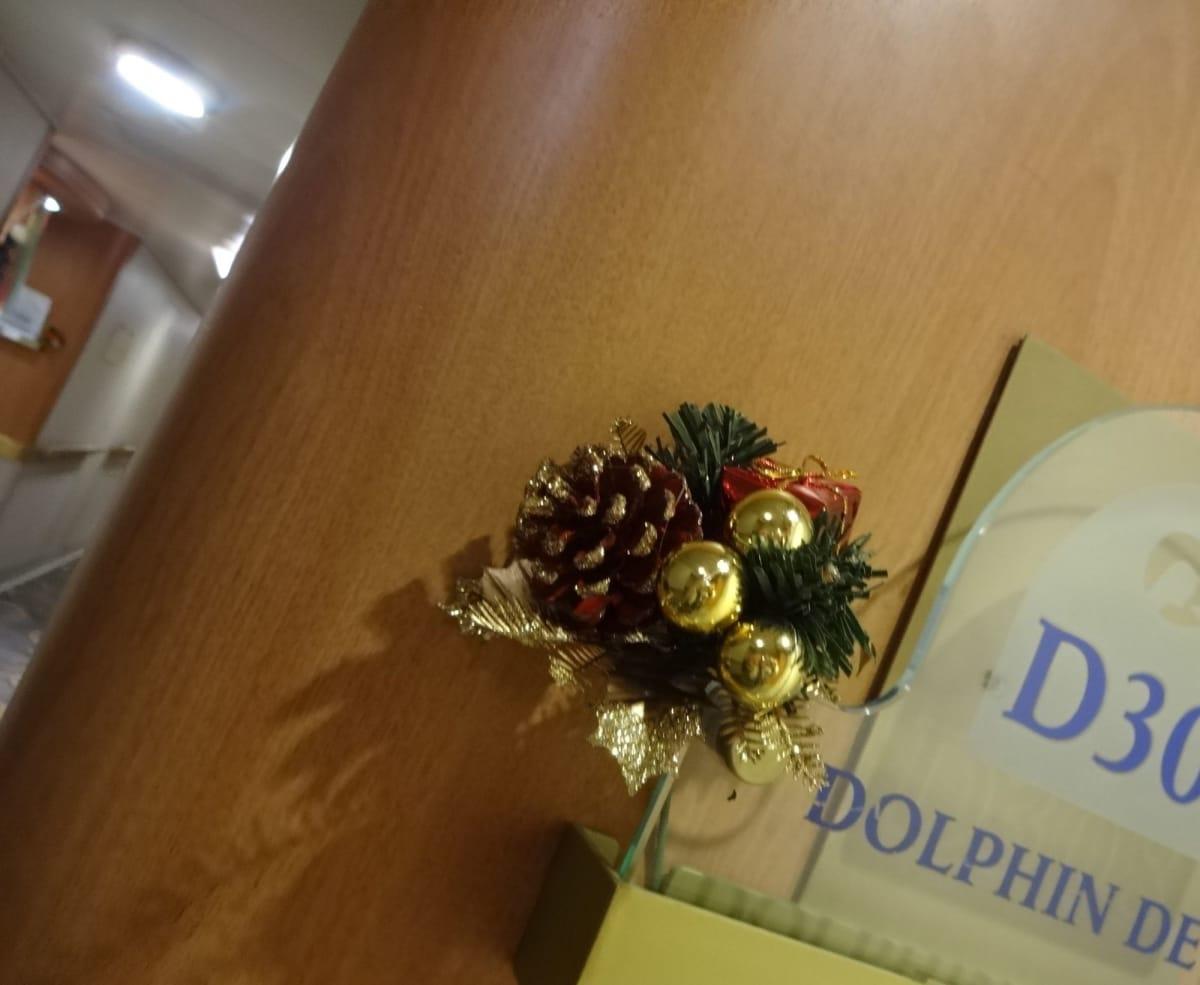 全客室の入り口にもあるクリスマスの飾りにわくわくします。 | 客船ダイヤモンド・プリンセスの客室
