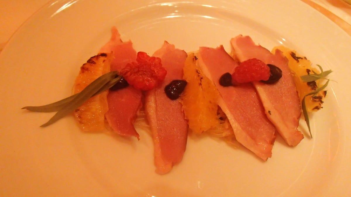ある日のディナー、鴨胸肉のポアレ   客船カーニバル・ブリーズのダイニング、フード&ドリンク