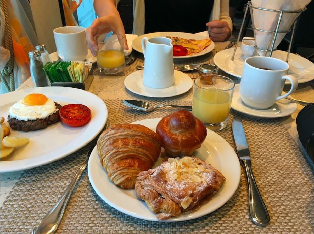 朝ごはんからガッツリ取ってしまうほど、どれも美味しいです。特に、船内で生地から作り上げるクロワッサンは絶品です。 | 客船リビエラのダイニング、フード&ドリンク