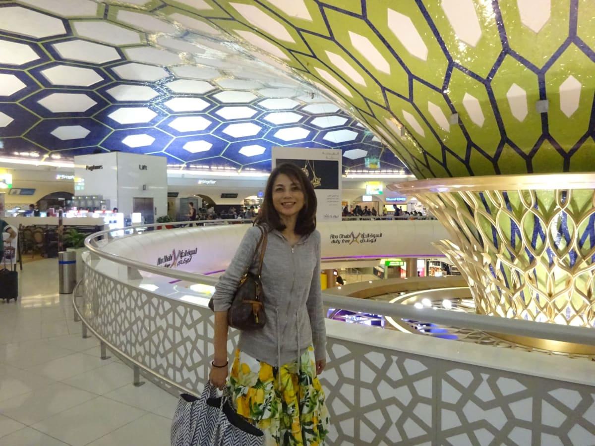Abu Dhabi到着。新空港は2017年には出来ている筈でしたが、遅れていて まだ古いままです。