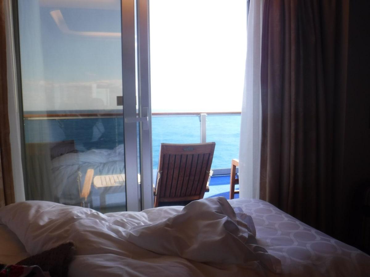 ベッドの横がバルコニー・・これ、地味に良かったです。 ダメ人間一直線になること請け合い。