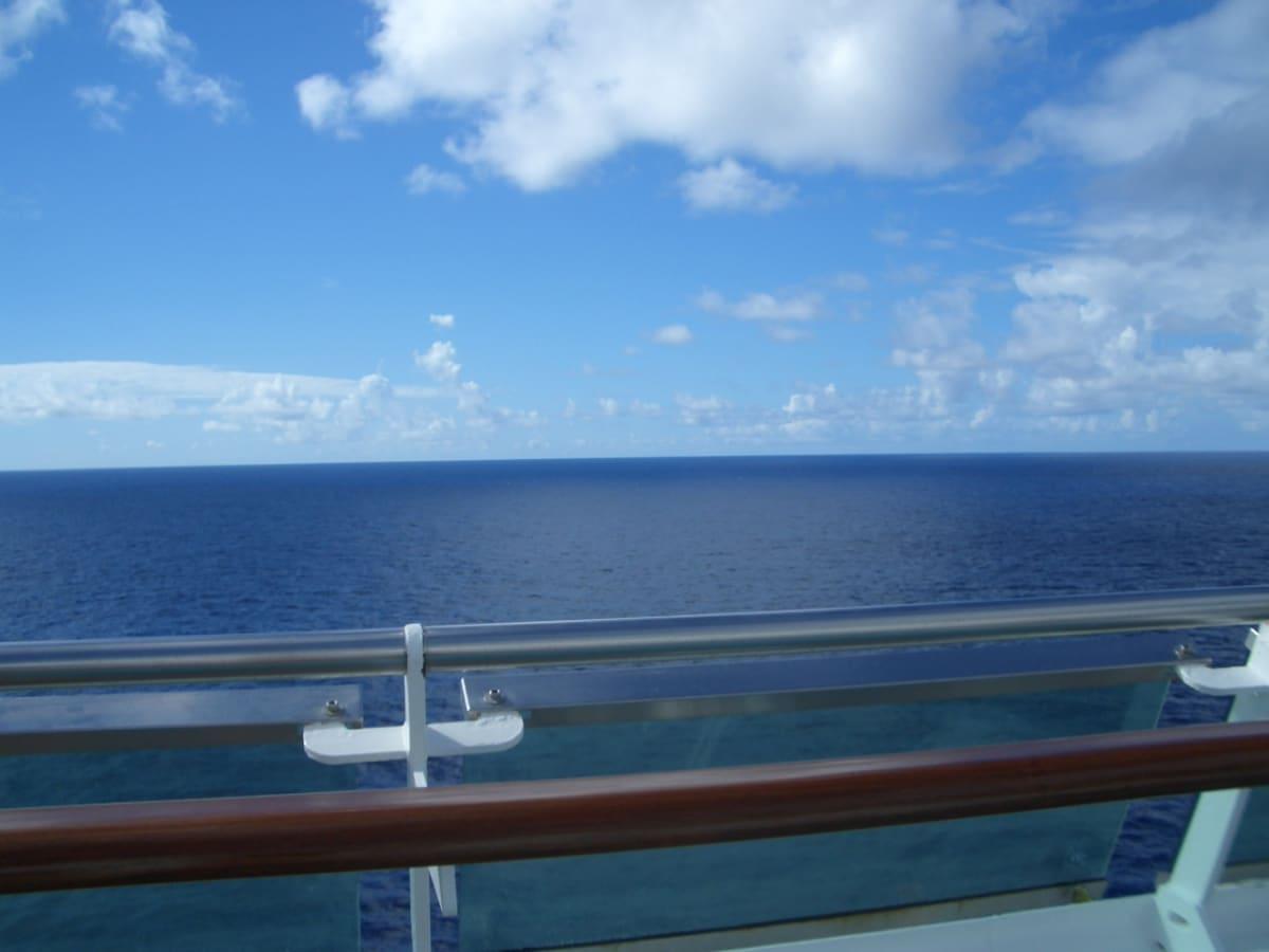 鏡のように穏やかな、紺碧のカリブ海と空