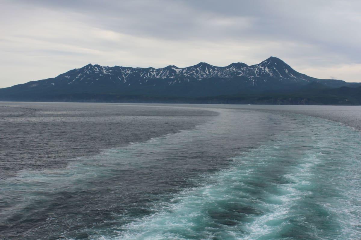 船上から知床連峰を望む