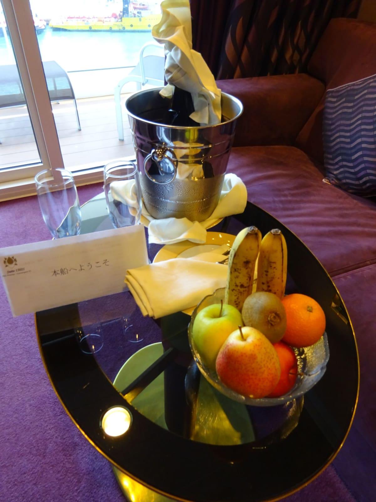 Welcome Champaigne があるもののいつでも、飲めるので結局部屋のは飲みませんでした。   客船MSCプレチオーサの客室、フード&ドリンク