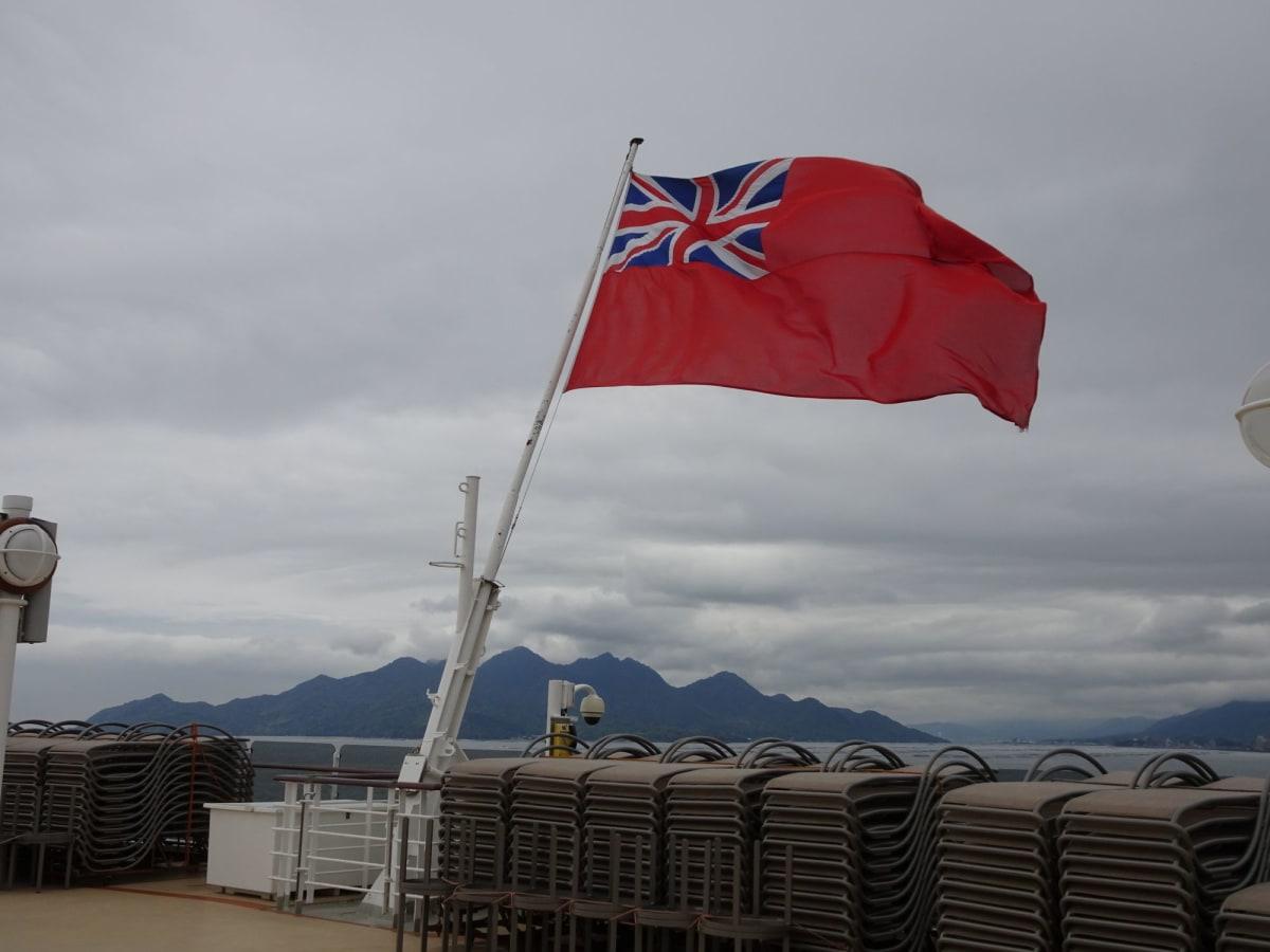 広島・五日市港に着いた朝、後部甲板から宮島方向を見る | 広島での客船クイーン・エリザベス