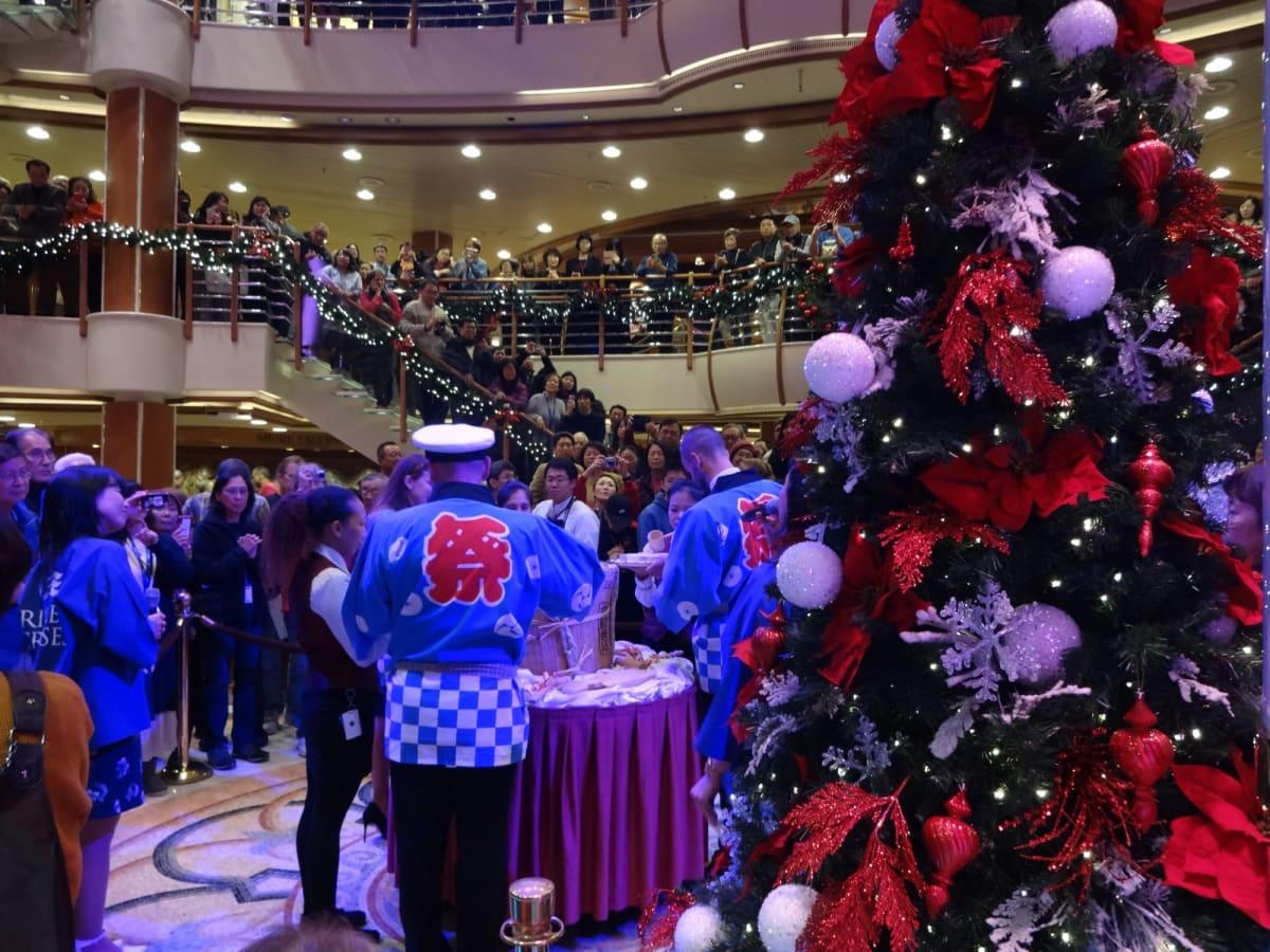船内はどこもかしこもクリスマス気分で溢れています。  乗船日に行われる鏡割りイベント! 日本独特のイベントに外国人乗客は興味深々です。 | 客船ダイヤモンド・プリンセスのアクティビティ、船内施設