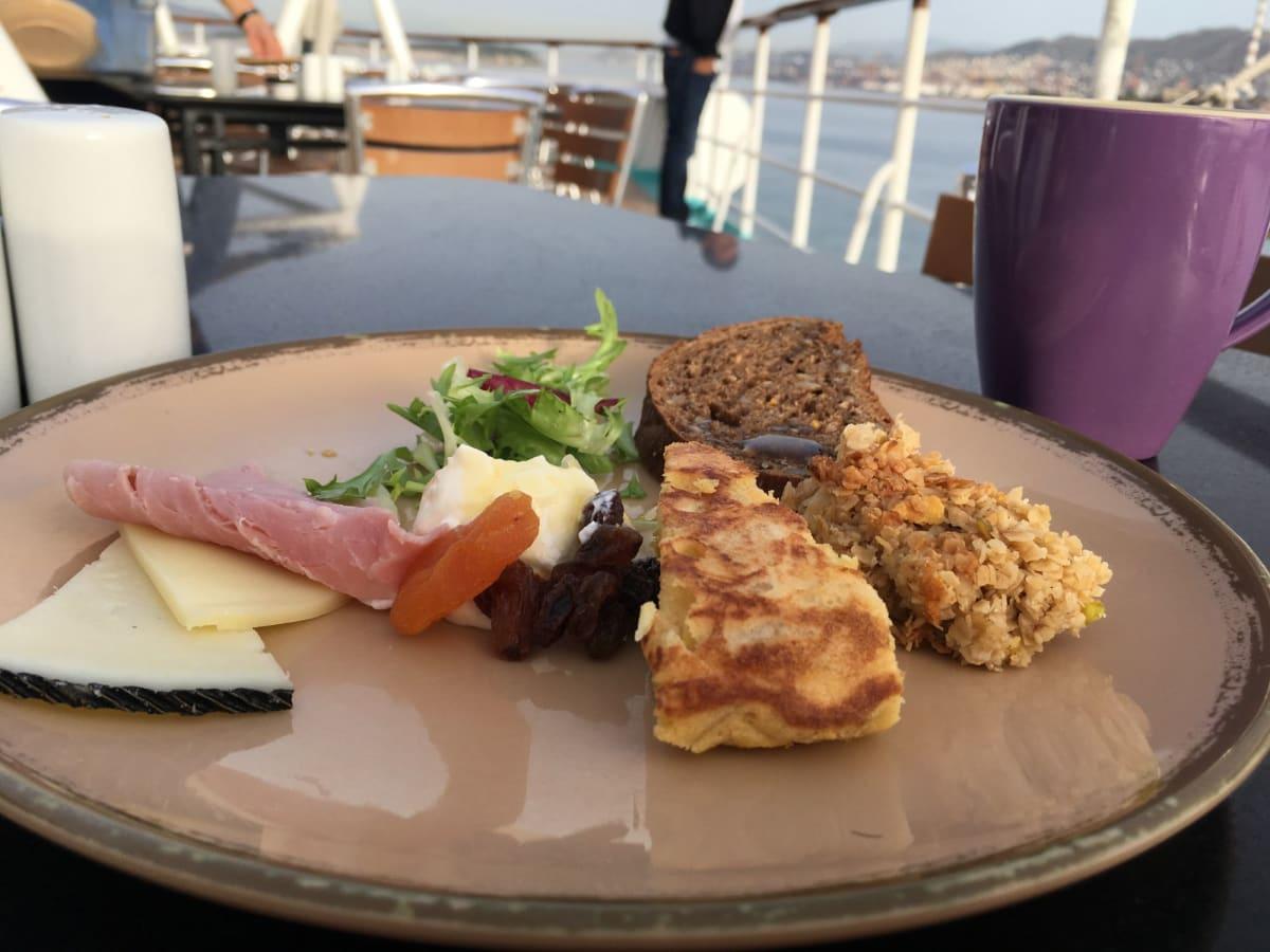 スパニッシュオムレツと、グラノーラ。チーズはいろんな種類があるので日替わりで。 | 客船プルマントゥール・ホライズンのブッフェ、フード&ドリンク