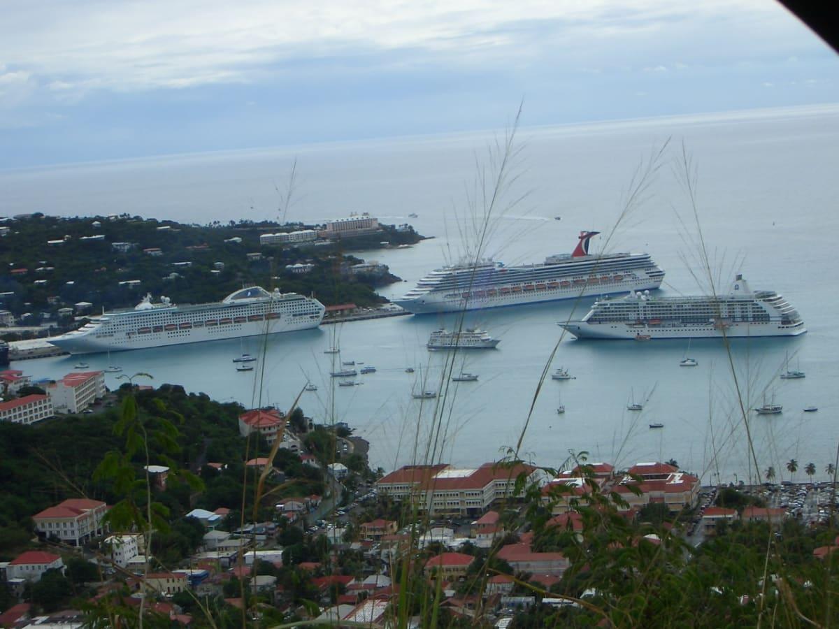 突堤の前がSUN PRINCESS、後ろにカーニバル。 沖に泊まるのはリージェント セブンシーズ。 | 客船サン・プリンセスの外観