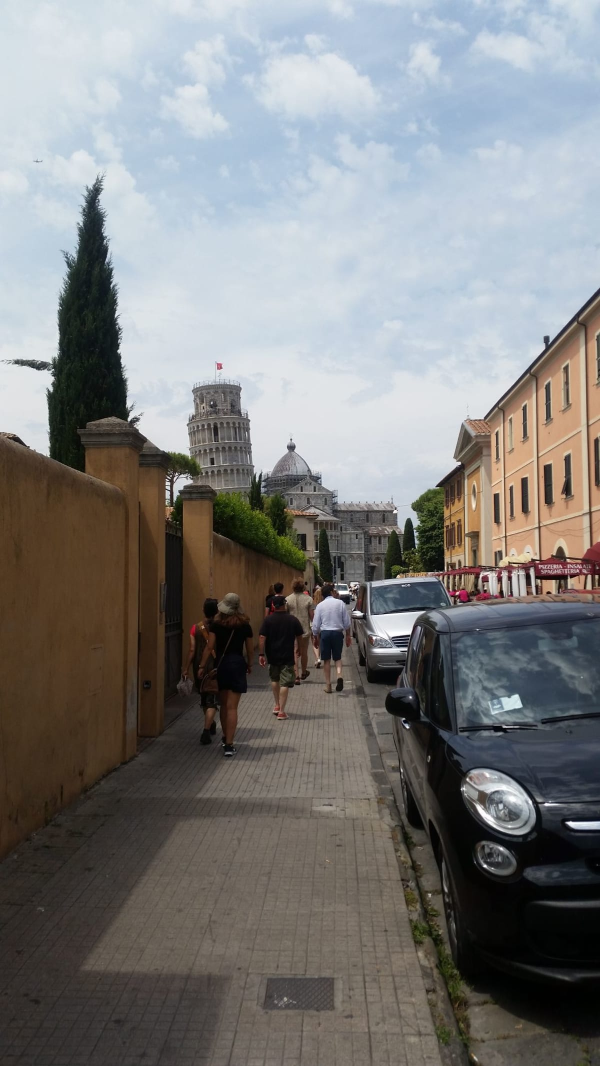 リヴォルノから鉄道で移動。 ピサの斜塔は二回目なので、港から鉄道と徒歩で到達。駅に着くまでと着いてからちょっと歩くが、いい経験。 斜塔から駅までの間にちゃんとしたお寿司屋さんがあったので、お昼を食べた。 | リヴォルノ(フィレンツェ / ピサ)