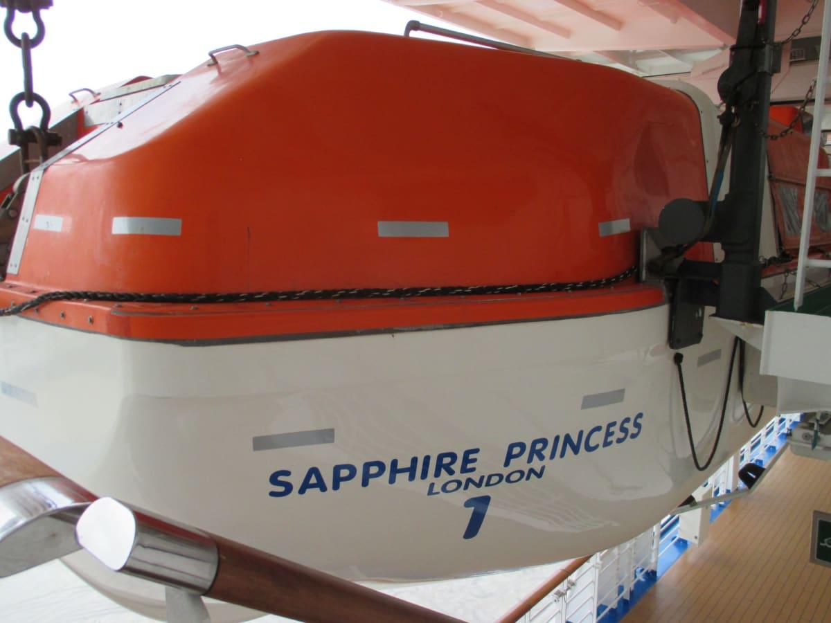 船籍が、バハマから英国に変わったところだったか。 | 客船サファイア・プリンセスの外観、船内施設