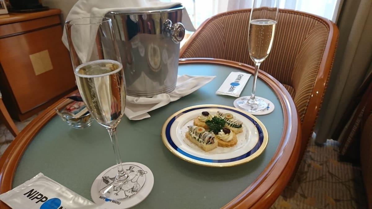 Welcomeシャンパン♪アルコール大好きな私はすごく嬉しかったです! | 客船にっぽん丸の客室、フード&ドリンク