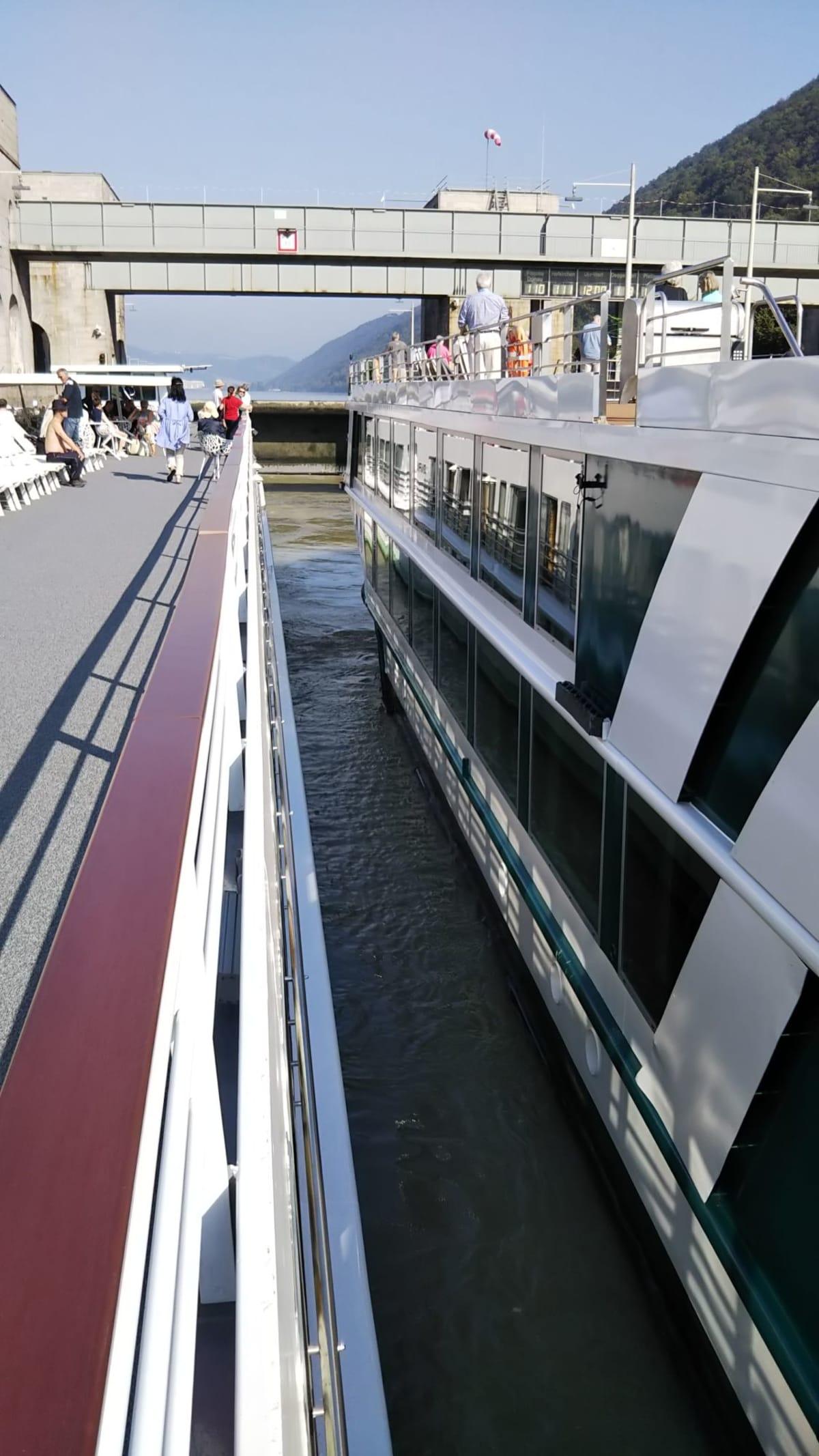 水門通過。水門を通過する経験は、今回のクルーズが初めて。特に1つ目は、夜中で壁に近く、感動しました。クルーズ期間中に、11の水門を通過。   客船MSシンフォニーの外観