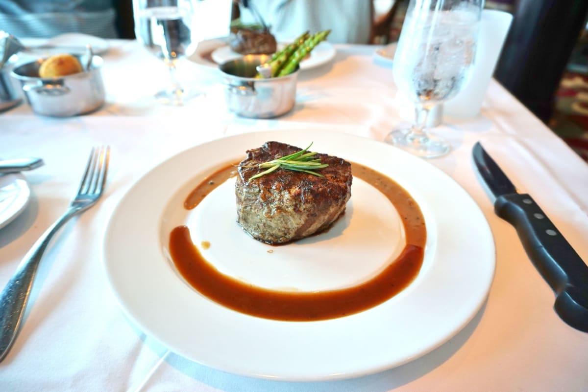Chops Grilleでのランチはとってもお得。 MDRでも文句のないお肉料理が更に美味しくいただけます。 | 客船ラプソディ・オブ・ザ・シーズのダイニング、フード&ドリンク、船内施設