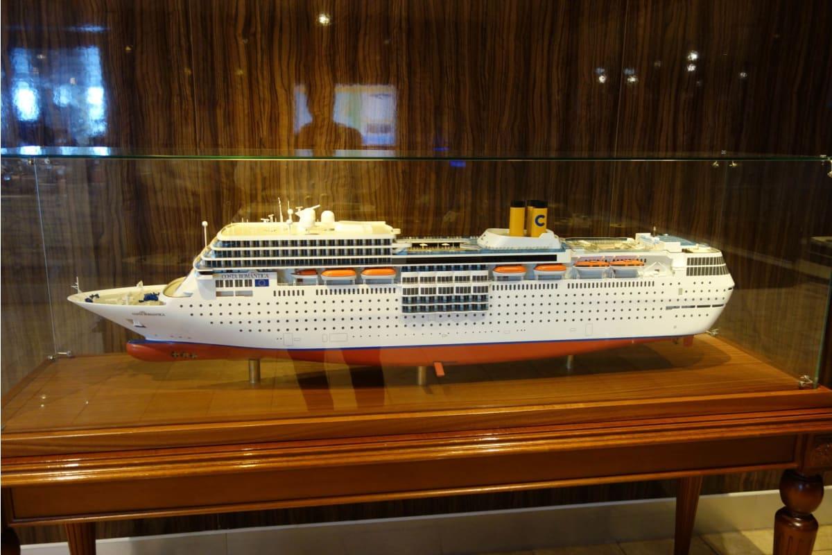 Facebook(FB)(FB=Tadahiro Masujima)には乗船してから下船まで毎日、様々な写真と共に見て感じたことをレポしたが、FBを閲覧している方ばかりではないので、その一部をここで紹介したい。  この模型は、船内に飾られていた本船を忠実に再現したモデルである。