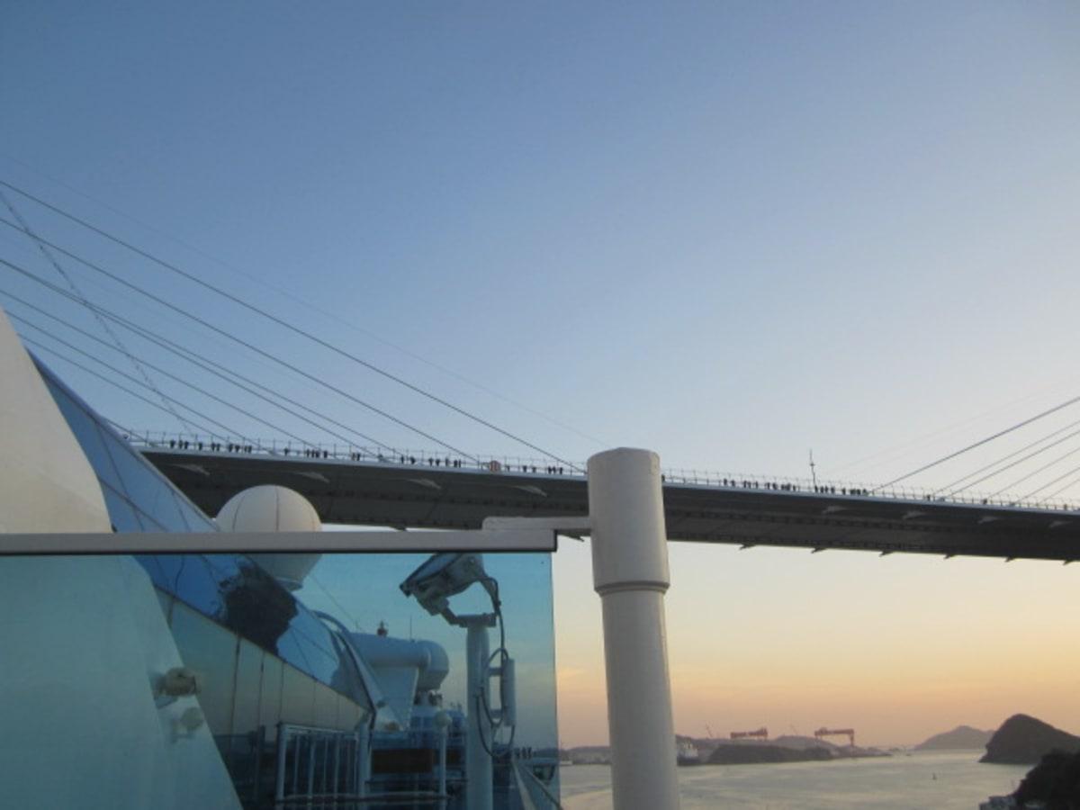 この頃は、ながさき女神大橋の上にも里帰りしたサファイアプリンセス歓迎の皆さまが。 | 長崎での客船サファイア・プリンセス