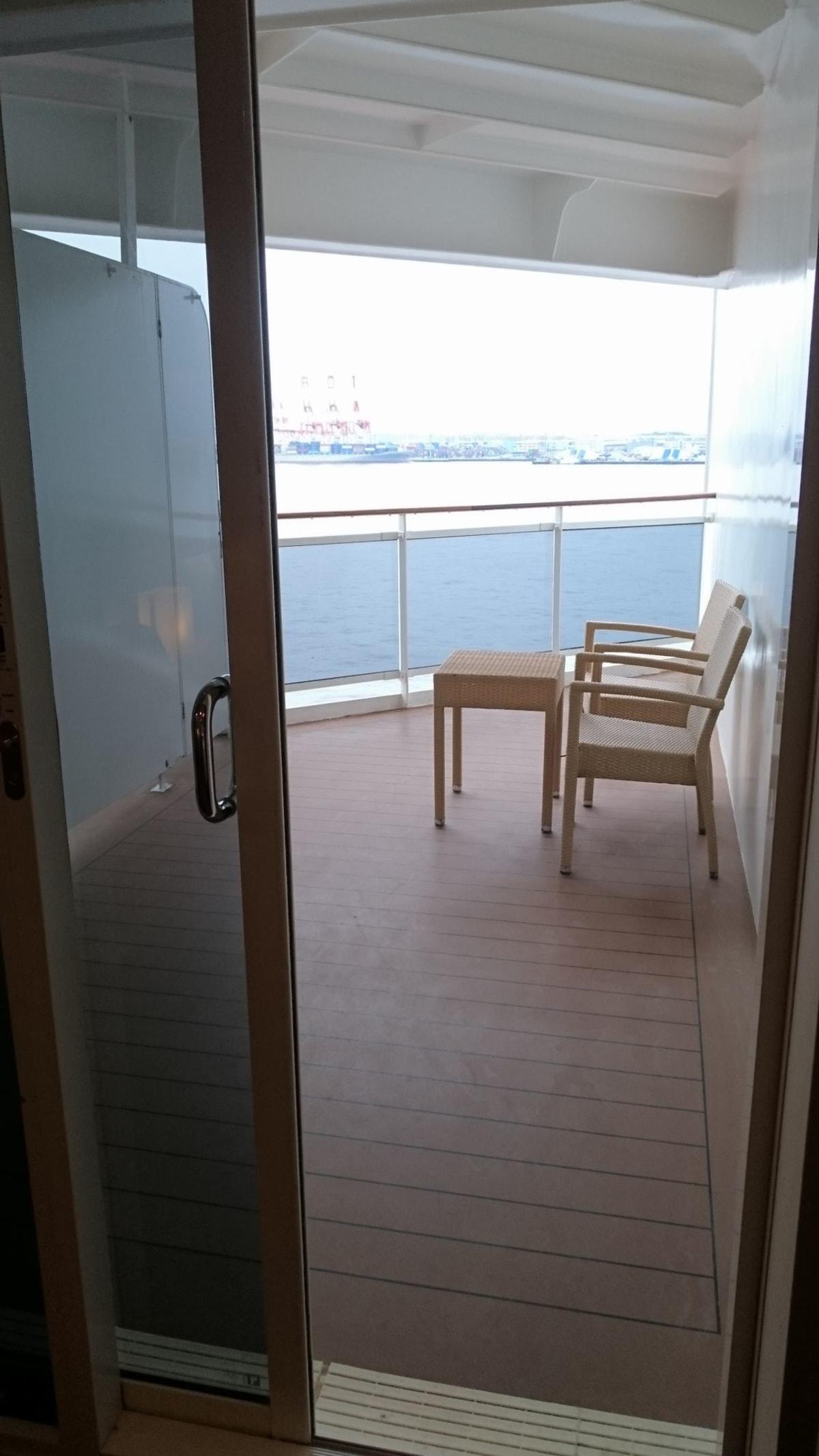 バルコニーからの視界が一部不良とのインフォメーションを事前にもらっていましたが、なるほど、こういうことだったのですね。 他のお部屋に比べて細長く広め。 バルコニーから船首の方は望めますが船尾が見られません。 | 客船MSCスプレンディダの客室