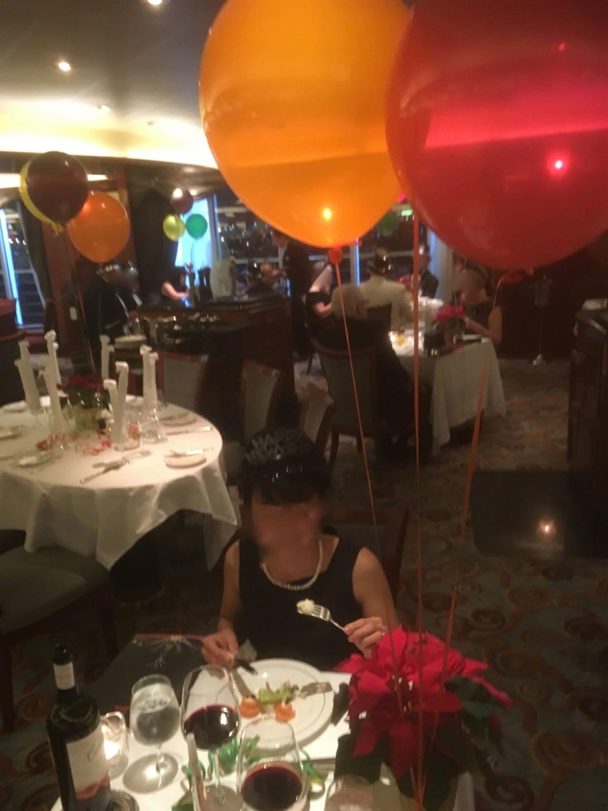 31日年越しのディナー Happy New Yearのティアラをもらってお祭りムード。   客船クイーン・ヴィクトリアのダイニング、乗客、アクティビティ